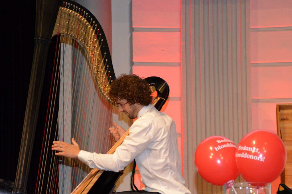 11 Remy van Kesteren die de muziek bij de clips heeft geschreven speelt ook live voor de donors in de zaal.