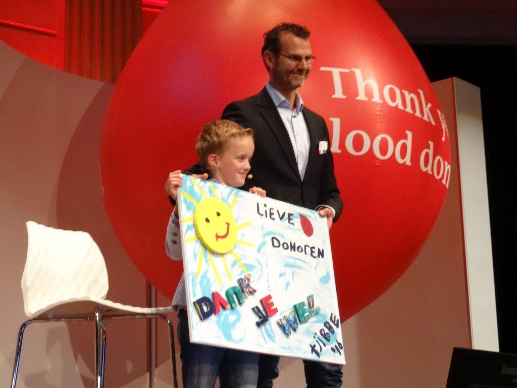13-Tjibbe-heeft-zelf-een-bord-gemaakt-als-dank-aan-alle-donoren.-Hij-heeft-iedere-week-week-een-medicijn-nodig-dat-uit-de-donatie-van-duizend-donors-wordt-gewonnen.