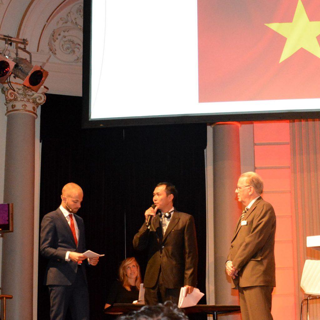 18 Nguyen van Doan, Ambassadeur van Vietnam bedankt Sanquin en de DVNL voor de bijzondere dag en geeft aan het de traditie graag voort te zetten.